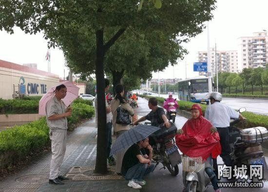 27日上午,在马路边讨说法的斯米克员工