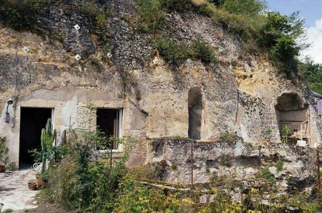 1歐元買下荒廢洞穴,3年把它打造成了寢宮