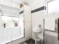 为营造出干净洁白的卫生间,以白色系为主