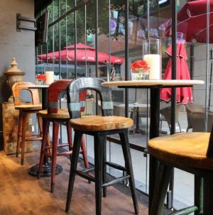 武汉天地MY餐厅桌椅效果图