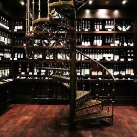 美式風格地下室紅酒柜旋轉樓梯裝修效果圖