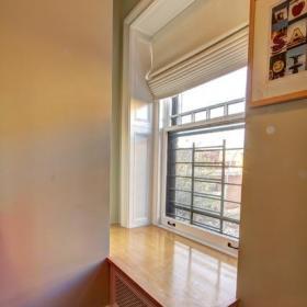 现代欧式风格一层半小别墅舒适白色欧式地台床设计图效果图