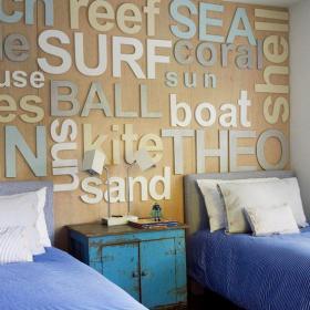 二居卧室客厅背景墙床头柜写满字母的床头背景墙装修效果图