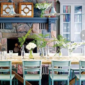 别墅客厅背景墙乡村壁炉面前的餐厅样子装修效果图