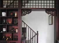 原木色复式客厅151-200平米四居室中式古典风格复客厅红色博古架效果图