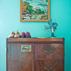客廳背景墻亮麗背景混搭做舊木鞋柜裝修效果圖