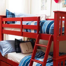 红色现代小户型儿童房亲密无间的儿童床上下铺装修效果图