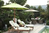 休闲家居家具家居布置美式乡村风格绿色的太阳伞,绿色的躺床,绿色的池水,仿佛和周围的植物融为一体。效果