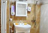 衛生間差不多是2m*2m見方,白色的馬桶、浴室柜和