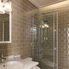 灰綠色的復古磚衛浴間