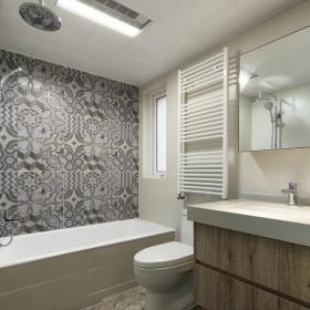 现代简约两居卫生间墙砖效果图