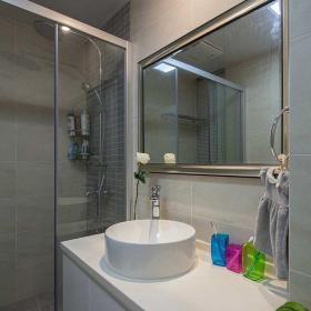 鏡子與洗浴池 都兼顧了實用性和裝飾性