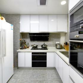 厨房-白色的厨柜是女主人的喜爱