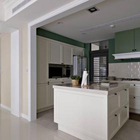 军绿色厨房-就像是电影场景的厨房