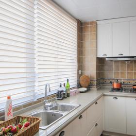 廚房簡潔又明亮