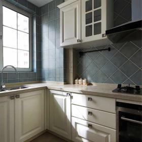 廚房-藍色的馬克磚,配上白色的柜子