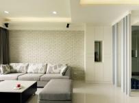 沙发背景墙以米色艺术砖铺陈