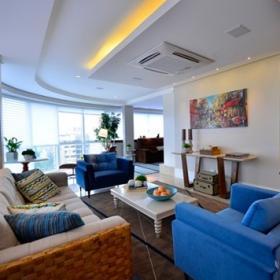 復式公寓的一樓客廳