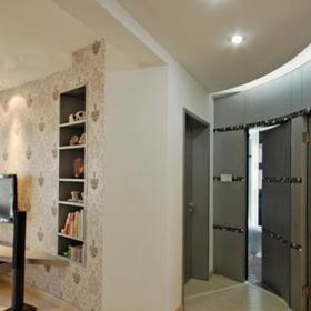 灰色的墙纸上铺贴上黑白灰的马赛克小瓷片
