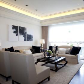 選擇與淺色沙發面色彩對比強烈的深色抱枕