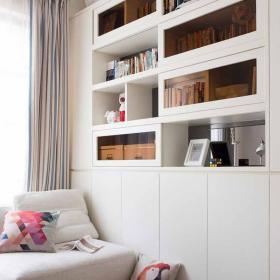 白色桌椅沙發 白色壁櫥 白色窗框