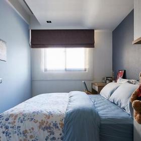 床頭床尾兩側墻面分別以淺藍色漆與進口壁紙做鋪陳