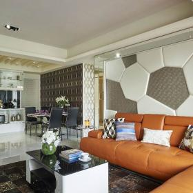 沙發背墻上緣處以不銹鋼條做修飾