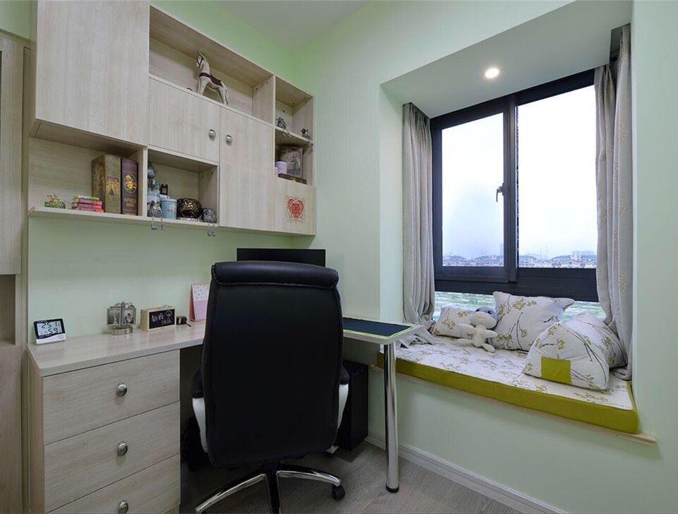 书房的轻浅色调为以后转换儿童房做足了准备