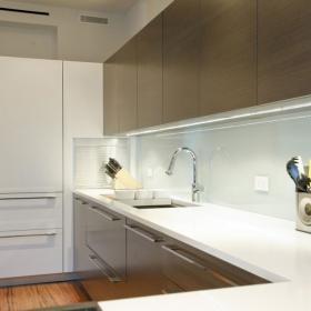 现代简约风格公寓温馨原木色开放式厨房设计图