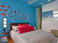 新房灯具双人床装饰画家具简约床上用品照片墙蓝色墙面装饰的卧室设计装修效果图