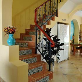 馬賽克背景墻樓梯黃色地中海復式樓在居室里盤旋出復古風情效果圖大全