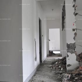 通向臥室的走廊地面的線槽開鑿正在進行效果圖