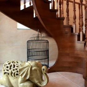 楼梯跃层过道家饰散发浓郁东南亚风情的楼道空间装修效果图