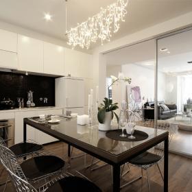 厨房餐厅和客厅之间用玻璃移门隔开
