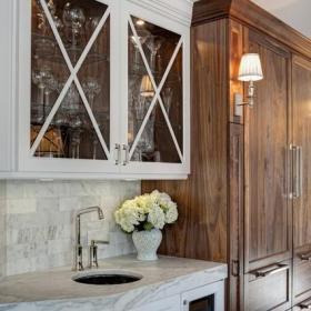 原木色单身公寓厨房白色欧式家具一体式台盆图片效果图