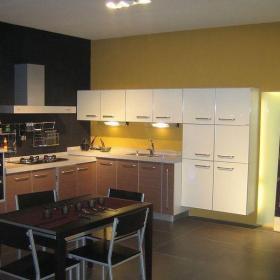 原木色三居室原木开放式现代简约厨房效果图